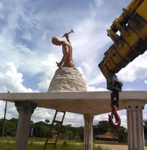 e832638090fbb7 HOMEM DE ROCHA: Estátua ao lado da PRF na capital é alvo de polêmica ...